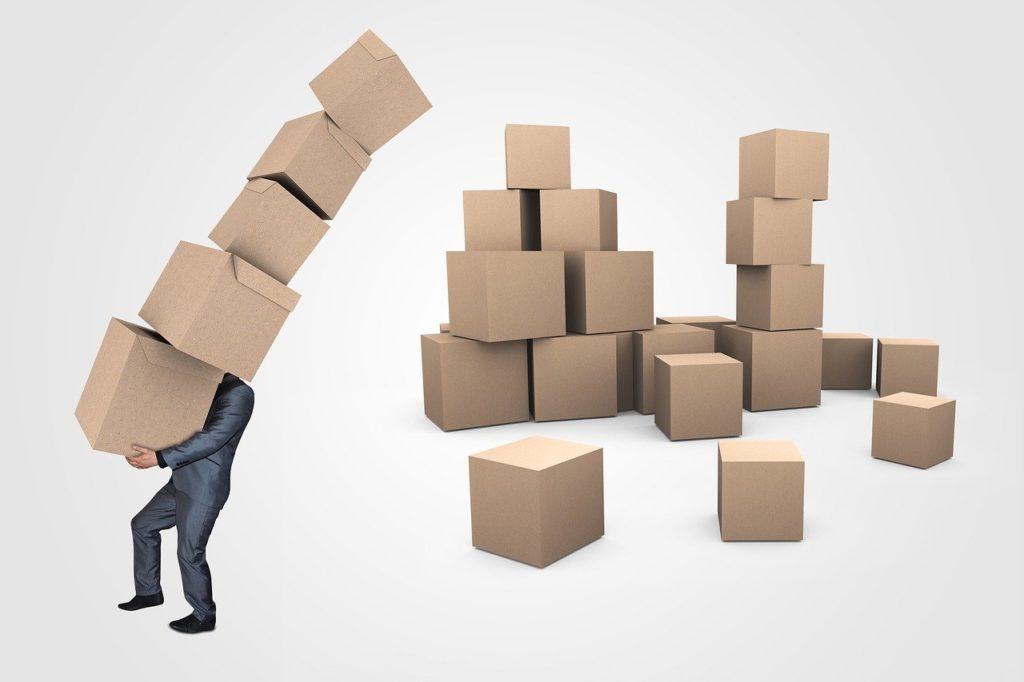 בנאדם מחזיק הרבה קופסאות